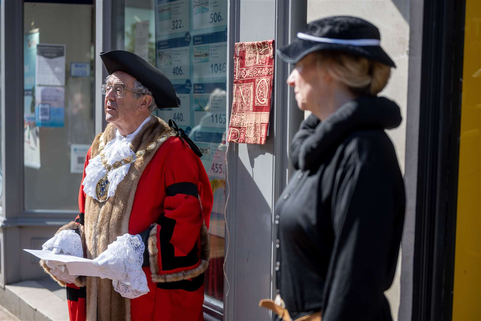 West Norfolk mayor Geoff Hipperson with Jenny Beake at unveiling of Robert Armin plaque (46142183)