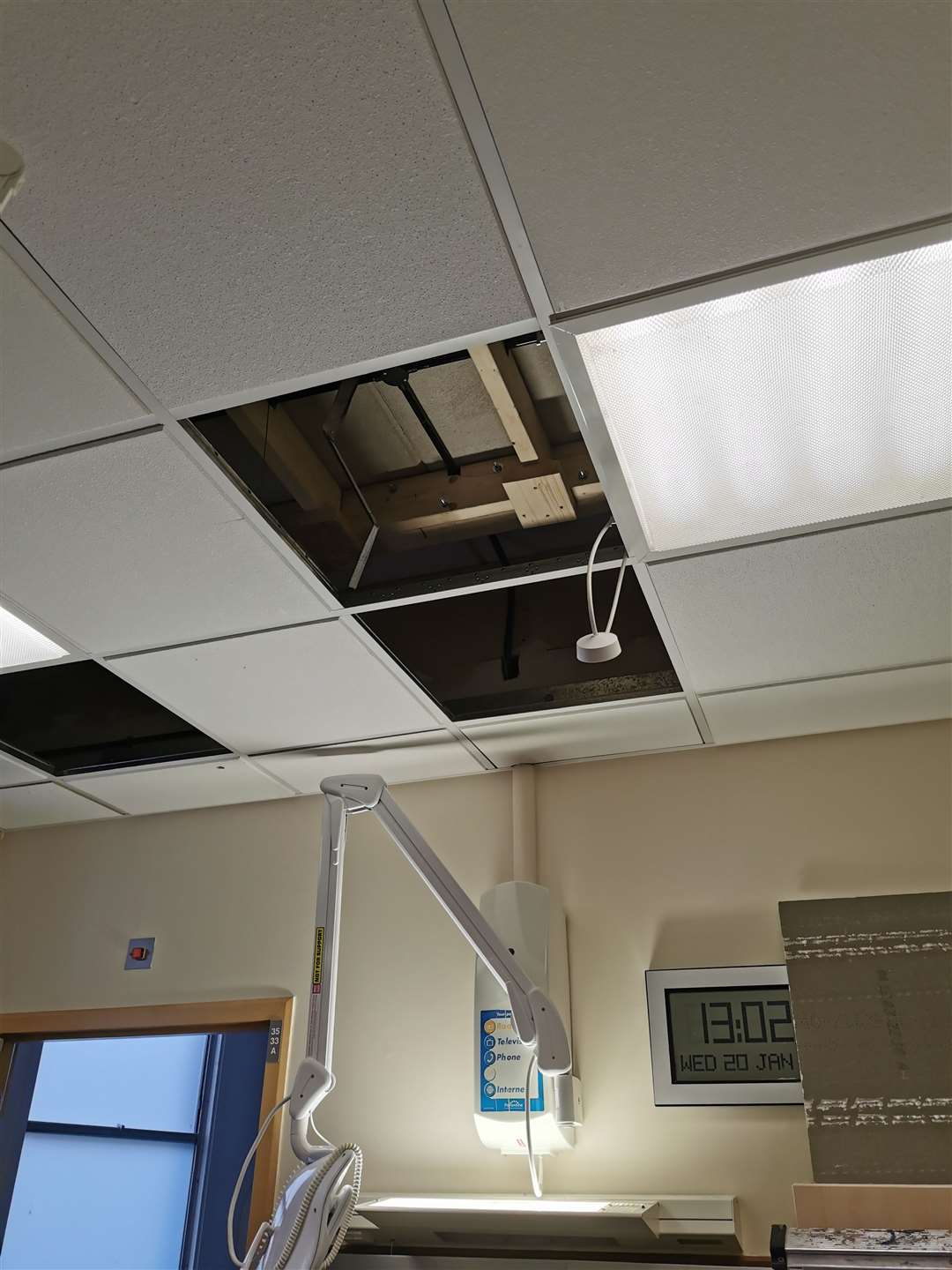 The current state of the QEH roof, held up by steel beams (44161640)