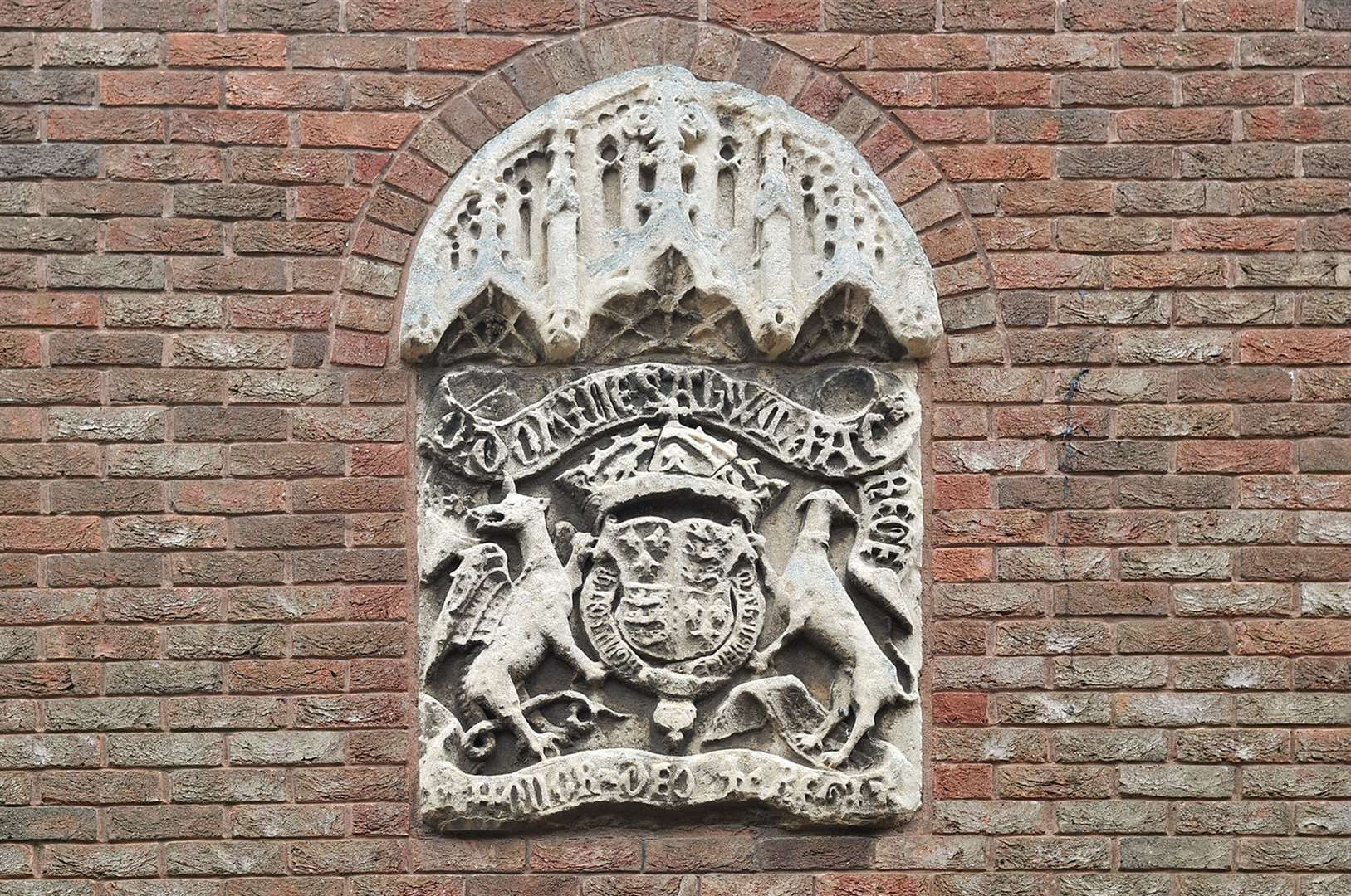 The crest above the entrance to King's Lynn Court in College Lane. (2417257)